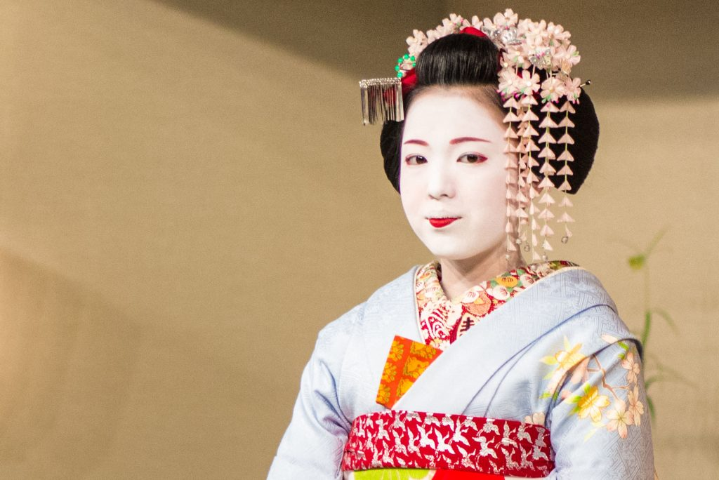 A close up of maiko called Katsusen - 佳つ扇 prepped for her tea ceremony.